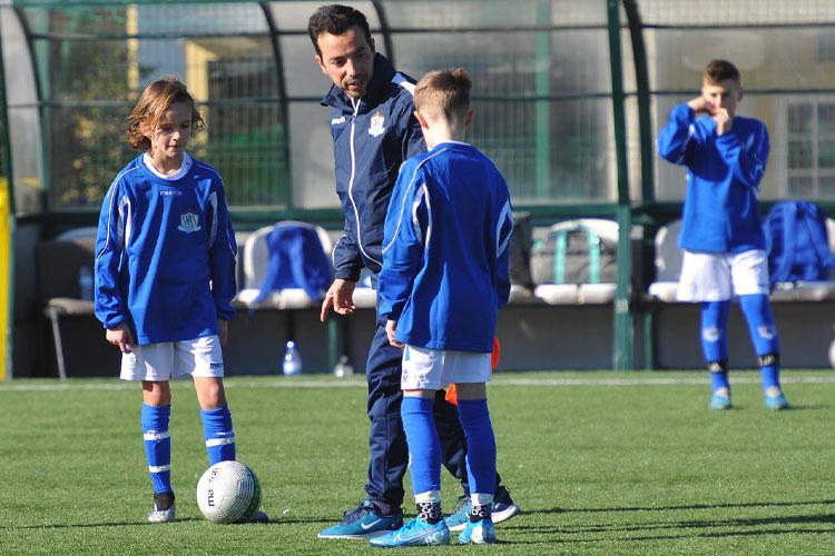 Træner Luis Briosa giver tilbagemelding til spillerne under en NF International træning.