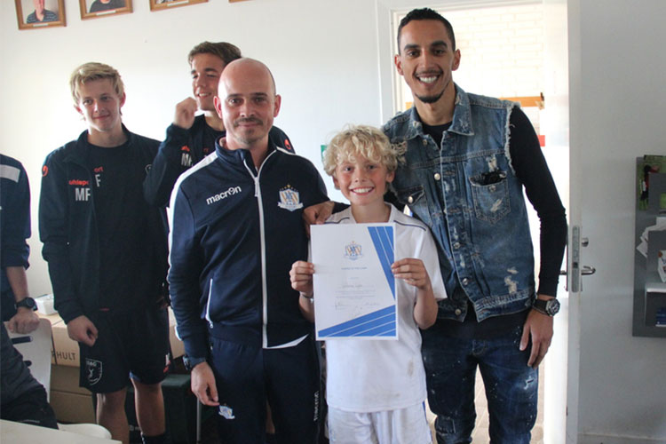 Zeca overrækker diplomet til Player of the Camp fra NF Elite Training Virum, 2018.